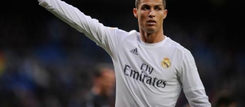 Cristiano Ronaldo renova com o Real Madrid por mais 5 anos.