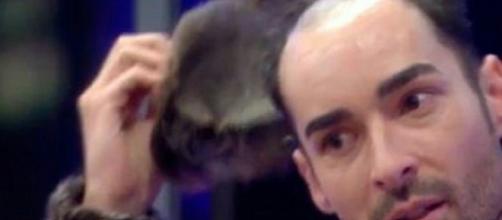 GH17: Miguel se quita el peluquín delante de toda la casa, revelando su secreto