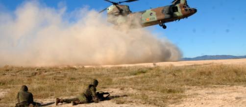 Levantando una molesta polvareda el Chinook aterriza cerca de la infantería.