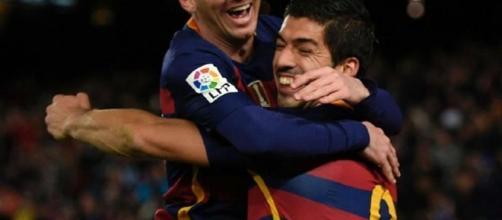 Messi y Luis Suarez celebrando el gol del uruguayo