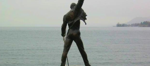 La statua di bronzo raffigurante Freddie Mercury a Montreux, Svizzera.