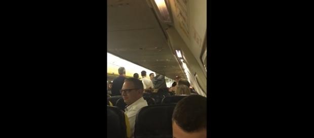 Rissa a bordo di un volo RyanAir da Bruxelles a Malta: il pilota decide di atterrare a Pisa.