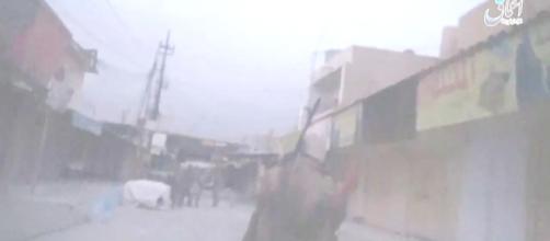 Islamistas caminando por la calles de Shirqat, extraída de vídeo distribuido por canales islamistas