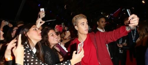 Justin Bieber junto a sus fans.