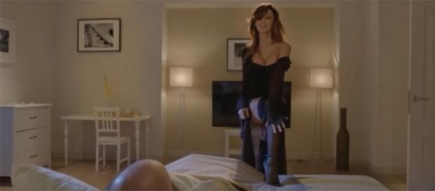 Anna Tatangelo, spogliarello in lingerie e autoreggenti