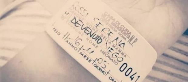 Il braccialetto che annuncia la nascita di Diego