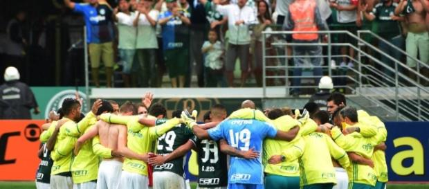 Jogadores do Palmeiras orando após mais uma vitória(Foto: Djalma Vassão/Gazeta Press)