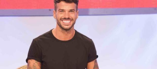Uomini e Donne bacio gay Claudio Sona