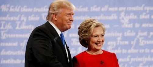 Stretta di mano e sorrisi 'per la stampa' tra due candidati che non hanno risparmiato reciproci veleni e colpi bassi in questa campagna elettorale