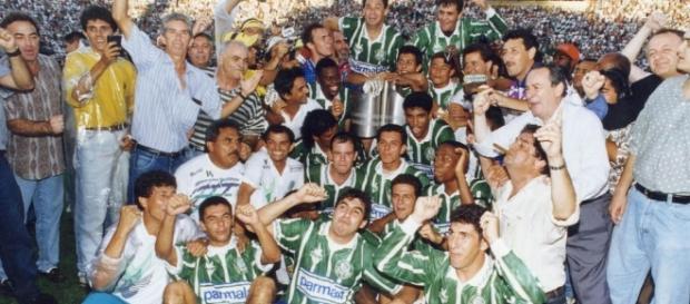Veloso, Antônio Carlos, Evair e Edmundo era algumas das estrelas do time dirigido por Luxemburgo