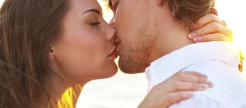 veja qual é melhor maneira de começar e de terminar um beijo perfeito.