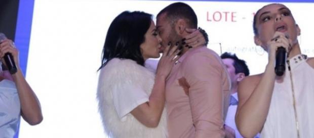 Alinee Rosa disse que é tímida, mas caprichou na hora de beijar o cantor