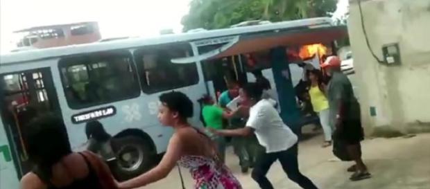 As famílias revoltadas incendiaram dois ônibus