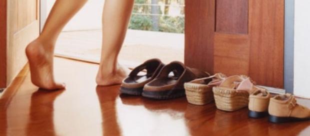 Tirar os sapatos antes de entrar em casa é questão de higiene