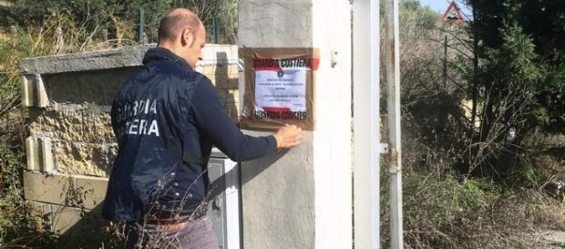 Un agente appone i sigilli al depuratore