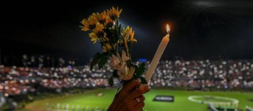 Torcida colombiana lota estádio em homenagem à Chapecoense