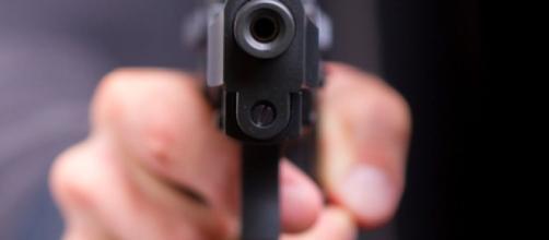 Ucciso con quattro colpi di pistola davanti alla moglie