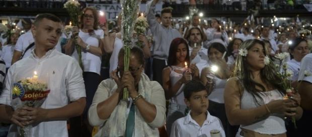 Colombianos homenagearam o Chapecoense (Foto: Raul Arboleda/STR/AFP)