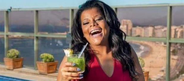 Tati Quebra Barraco continua show sorrindo após morte do filho