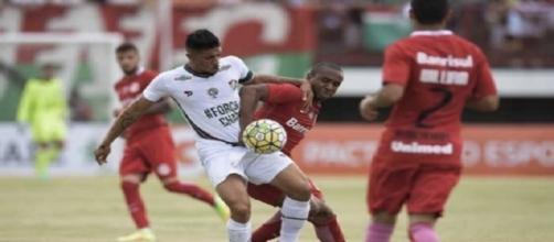 Douglas (na foto, disputando bola com Anderson) fez o gol do Flu no empate de 1 a 1 diante do Inter (Foto: Jorge Rodrigues/Eleven)