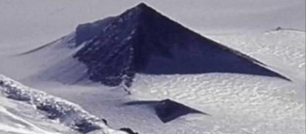 Imagem da estrutura que muitos acreditam ser uma pirâmide.