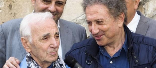 Michel Drucker avec Charles Aznavour qui sillonne le monde, aujourd'hui dans Vivement le dimanche- purepeople.com