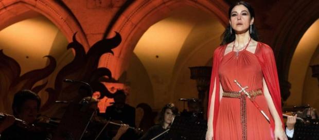 Monica Bellucci senza veli in Mozart in the Jungle fa girare la ... - play4movie.com