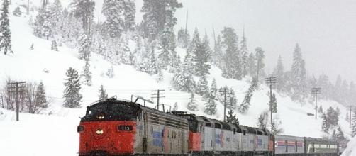 Amtrak's California Zephyr train heads toward Nevada on a snowy day in the Sierra Nevada Mountains in 2009. (Photo: Drew Jacksich/Wikimedia Commons)