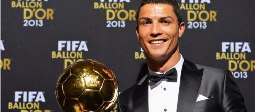 Cristiano Ronaldo alza il suo quarto Pallone d'Oro