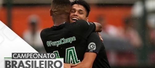 Jogadores comemoraram gol usando uniforme em homenagem à Chape