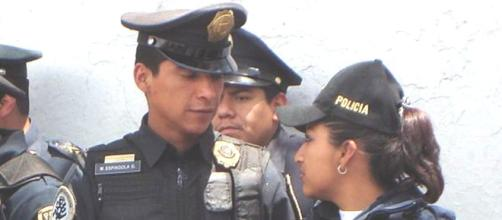 Un policía en México debe de salvaguardar a la sociedad.
