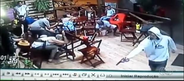 Criminoso de capuz branco atira na vítima