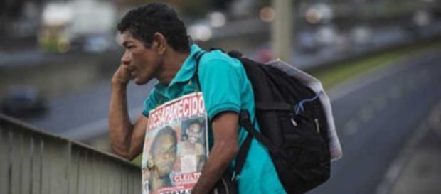 Pai procura pelo filho em São Paulo (foto: Eduardo Knapp/ Folhapress)