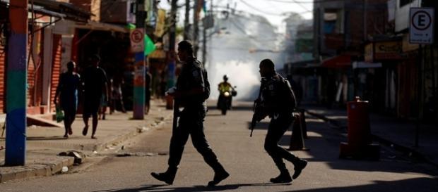 Policiais militares em tiroteio contra traficantes na Cidade de Deus