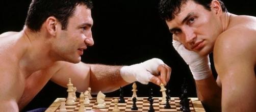 Chessboxing, o ajedrez boxeo, jugado por los hermanos Klitschko