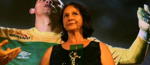 Mãe do goleiro recebeu o troféu e emocionou os presentes (Foto: Divulgação/CBF)