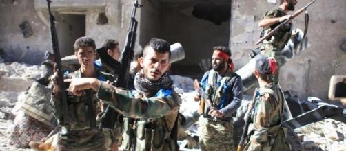 Soldati siriani durante la liberazione di Aleppo