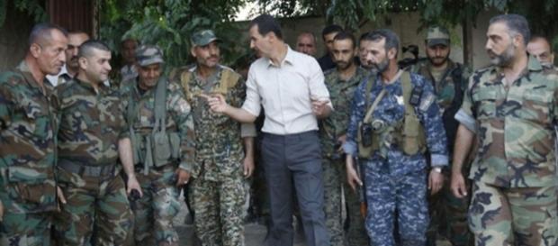 Bashar al-Assad nel corso di una visita alle sue truppe: dopo quattro anni la bandiera di Damasco sventola sull'intera città