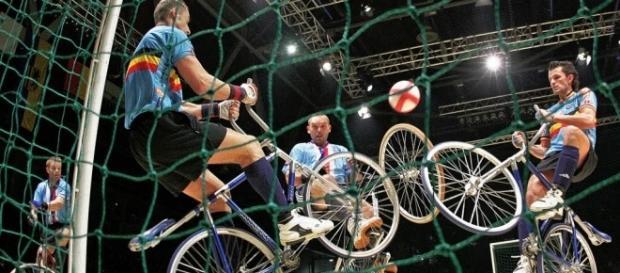 El Ciclobol, es un deporte similar al fútbol que se realiza sobre bicicletas en una cancha de suelo duro similar al de una canchita de fútbol 5.