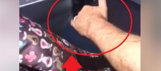 Idoso passa a mãe na perna de garota - Facebook