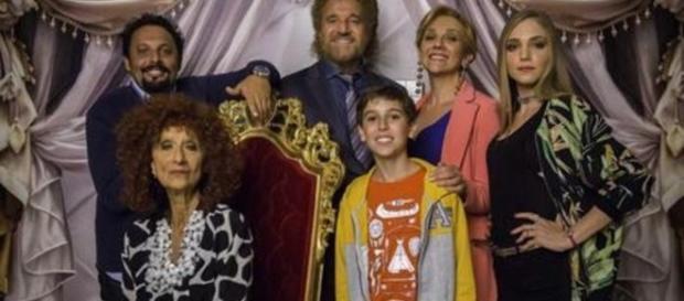 """La famiglia Tucci è protagonista della commedia """"Poveri ma ricchi""""."""
