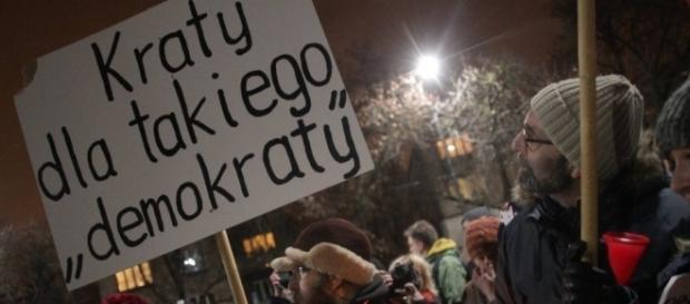 Strajk obywatelski' 13 grudnia. Pikieta pod domem Jarosława ... - wyborcza.pl