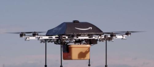 Amazon a livré son premier colis par drone.
