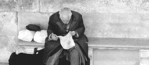 I clochard lasciati fuori al freddo, al riparo solo i profughi