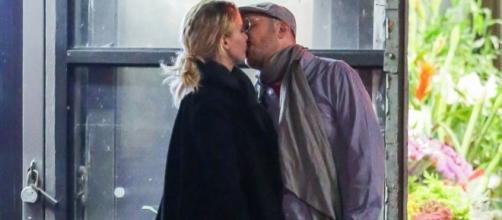 Jennifer e Darren foram fotografados aos beijos