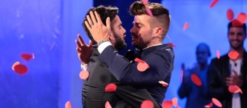 Uomini e Donne, video bacio gay