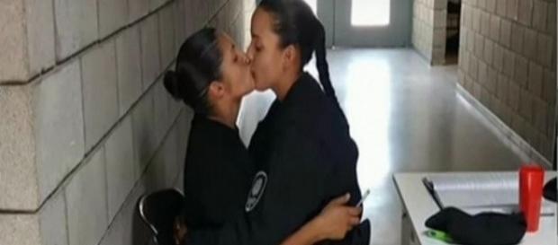 Beijo que levou a expulsão das cadetes.