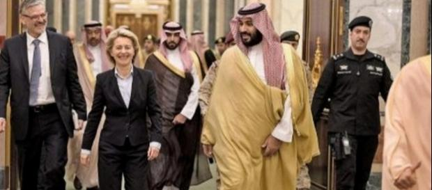 Ministrul German al Apărării a umblat într-un costum bleumarin, fără hijab pe cap în timpul vizitei în Arabia Saudită - Foto: Agenția de presă DPA