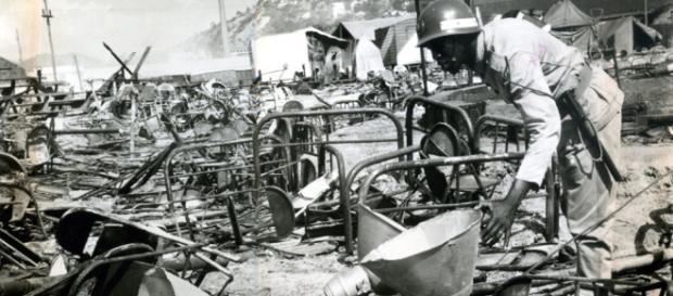 Policial examina destroços do que restou do Gran Circo