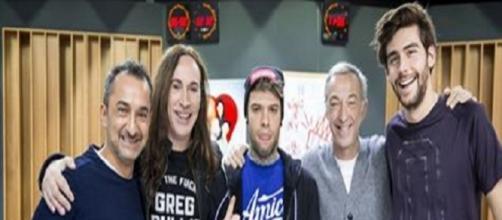 Amici 16, Fedez indossa una maglietta blu con il logo: un indizio per il ruolo di coach?